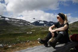 Elisabeth Dyb ser på den vakre utsikten fra Pyttbua i Tafjordfjella  - Foto: Marie Kvangarsnes Dyb