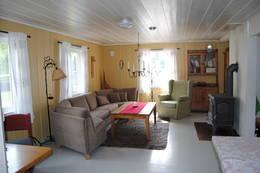 Stue med sofakrok og peisovn - Foto: Ukjent