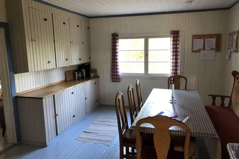 God plass til mange rundt kjøkkenbordet