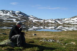 Morgenkaffe i knallvær på tunet til Hellevassbu  - Foto: Erik Johansen