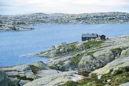 Eidavatn ligger i et goldt men spennende og lettgått høyfjellsterreng 1080 moh. Det er satt ut kanadisk bekkerøye i Eidavatnet -  Foto: Stavanger Turistforening