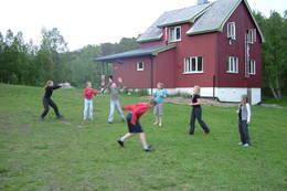 Hovedhuset leies ut til grupper. Tunet egner seg godt til frisbee-kasting - Foto: Berit Irgens