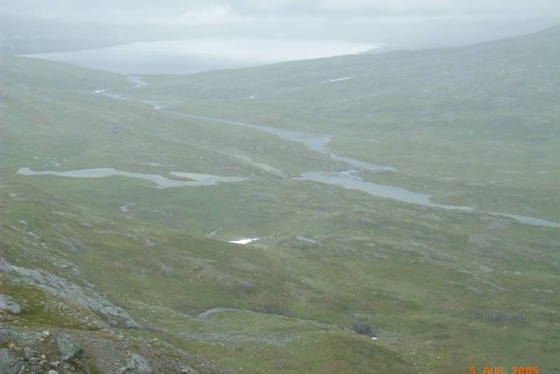 Bjellådalen fra fjellet ovenfor Midtistua. Nordre Bjellåvatn i bakgrunnen