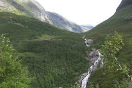 Skogadalsbøen sett fra stien mot Vormeli på vestsiden av Utladalen. På høyreside sees Skogadøla.  - Foto: Siri Vea