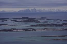 Steigen Sjøhus og Steigen Brygge på Røssøya, med den majestetiske Lofotveggen bak. - Foto: Paul Fortun