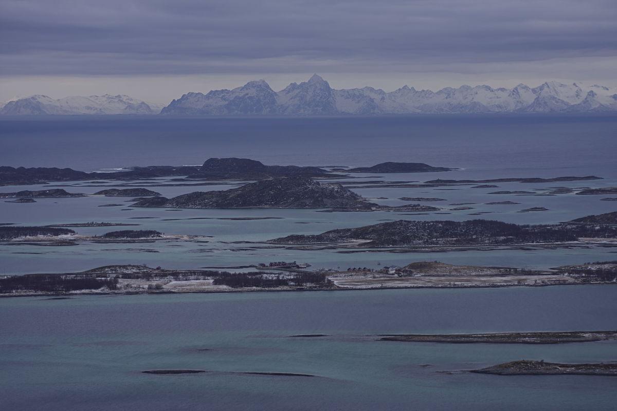 Steigen Sjøhus og Steigen Brygge på Røssøya, med den majestetiske Lofotveggen bak.