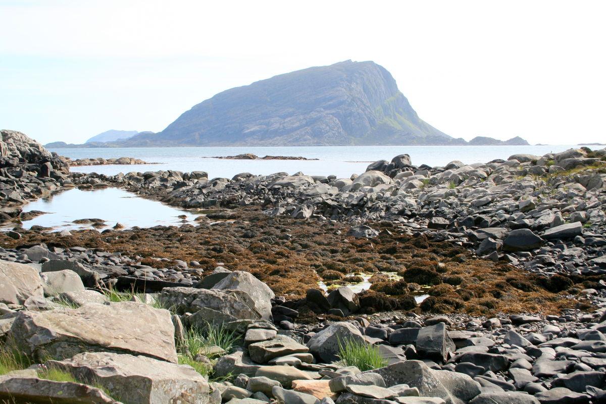 Strand under Dombefjellet. Storebatalden i bakgrunnen.