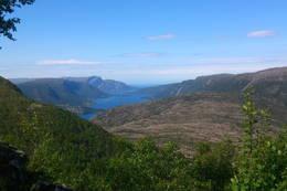 Fin utsikt fra hytta mot Svelgen og Nordgulen. - Foto: Svenn-Petter Kjerpeset.