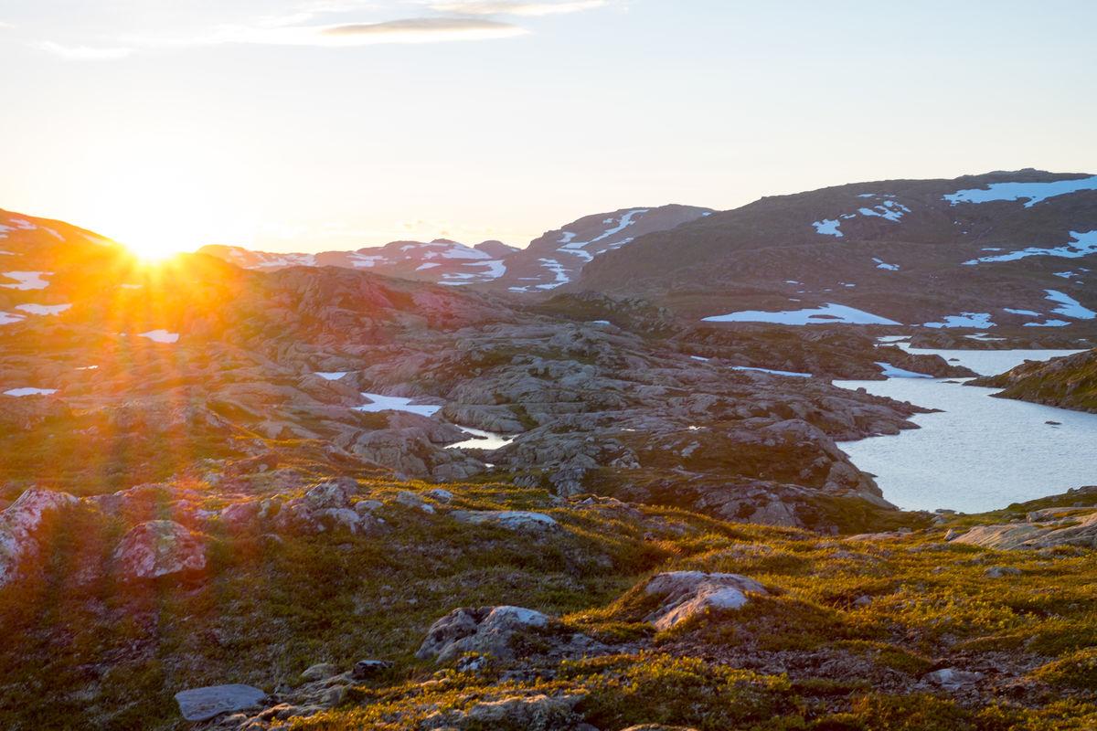 Solnedgang over Krossvatnet. Området er flott for fiske.