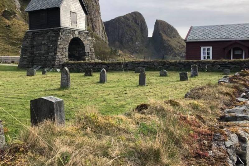Øya Kinn har ei rik historie med den gamle steinkyrkja, Kinnakyrkja frå 1100-talet som eit høgdepunkt. Segnene om heilagfolket og sankta Sunniva som kom over havet frå vest og stranda på Selja og Kinn, har alltid gjort inntrykk på folket her.