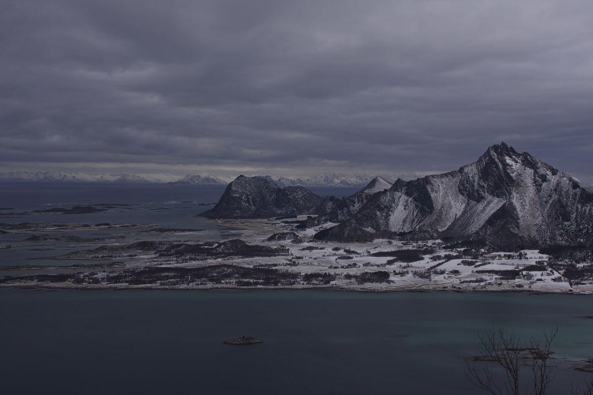 Engeløya med Lofotveggen i bakgrunnen.