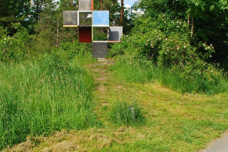 Kunstinstallasjoner kan sees ute i terrenget langs turveien.