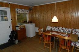 Enkel standard spisebord og kjøleskap - Foto: Hans Gornitza