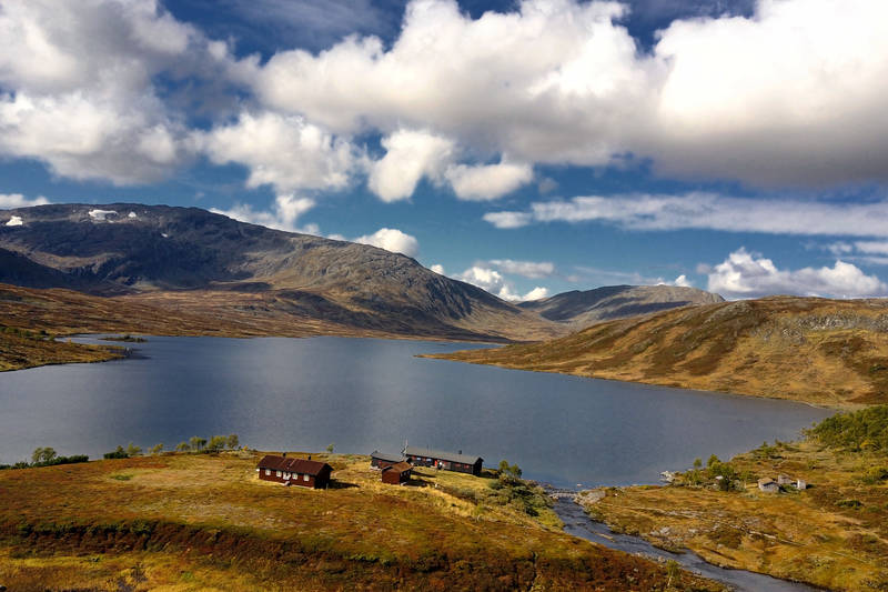 Ramsjøhytta ligger fint til halvveis på turen. Omkranset av Ettfjellet, Tofjellet, Ramfjellet og Fongen.