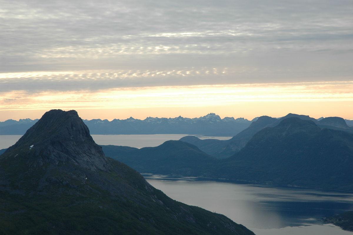 Utsikt mot Lofoten sine tinderekker fra Stetind