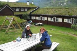 Frokost ved Skogadalsbøen. f.v Silje Flatabø og Anette Heggøy.  - Foto: Jenny Dugstad