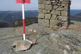 På toppen av Gråhei er det både varde og flymerke -  Foto: Ukjent