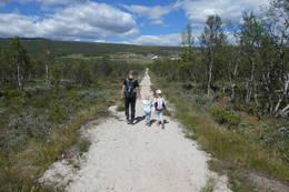Far og to barn på pilegrimsleden -  Foto: Berit Fiksdahl
