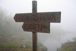 Skilt langs stien inn til Lakkenstova - Foto: Kristiansand og Opplands Turistforening