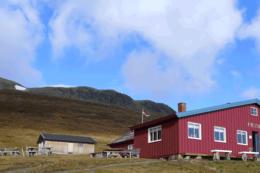 Prestholtseter ligger helt oppunder Hallingskarvet på 1242 moh, rett ved Hallingskarvet Nasjonalpark -  Foto: Christian Strand