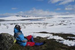 Hanne Olstad hviler ved Vestmjøs, et vann i nærheten av Storkvelvbu - Foto: Sveinung Tubaas