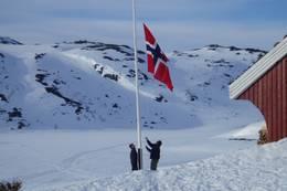Flagget heises på 1. påskedag på Gaukehei i Setesdal Vesthei  - Foto: Eirin Eftevand