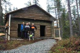 Stabburet fra Hølera grendehus har blitt flyttet og satt opp igjen som sikkringsbu / utstillings lokale på Fønhuskoia i Vassfaret. - Foto: Ole-Martin Høgfoss