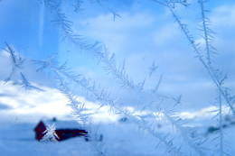 Vintertur i Etnefjellene. Bilde av Simlebu, tatt gjennom døra i sikringsbu.  - Foto: Astrid Hausken
