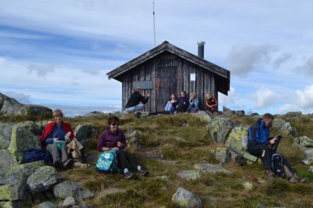 På toppen av Neverfjell, foran Røde Kors-hytta.