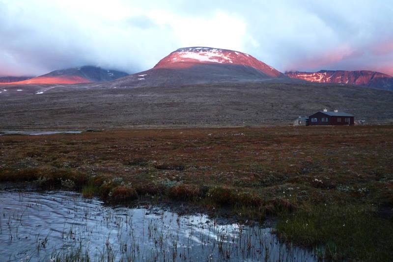 Åmotdalshytta ligger idyllisk til ved foten av mektige Snøhetta. 27.juli 2010