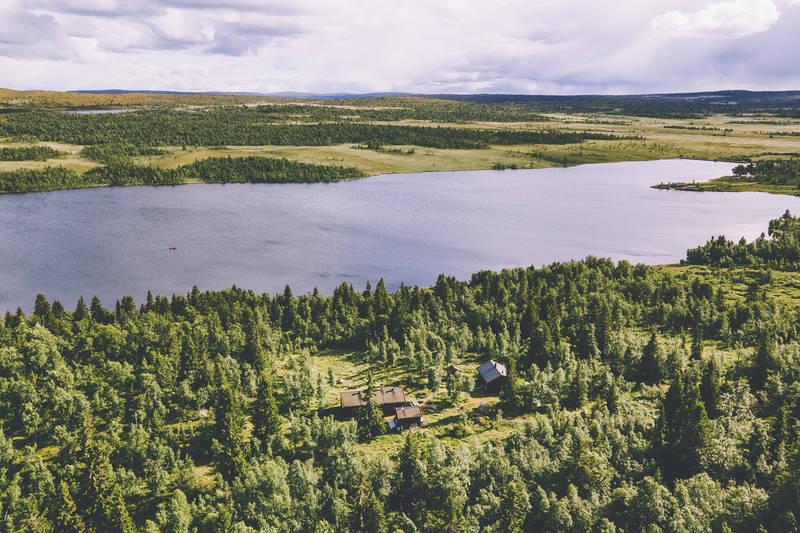 Hytta ligger like ved innsjøen Djupen