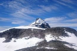 Toppen fra avstand -  Foto: Olav Kjell Moen