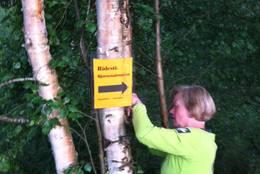 Merking av ridesti med gul/oransje plakater - Foto: Margrete Ruud Skjeseth