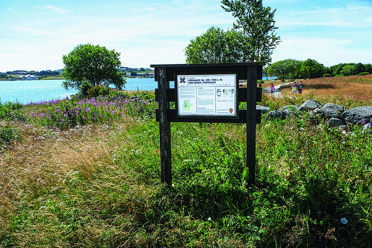 Det er funnet omkring 20 båtnaust fra forhistorisk tid bare ved Hafrsfjord. Turstien passerer et av disse på Sunde.