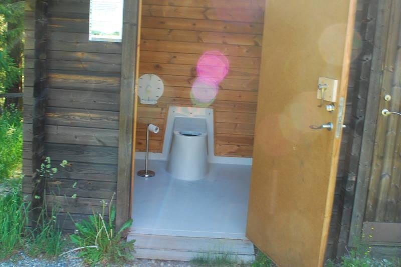 Et enkelt og litt slitt HC-toalett.