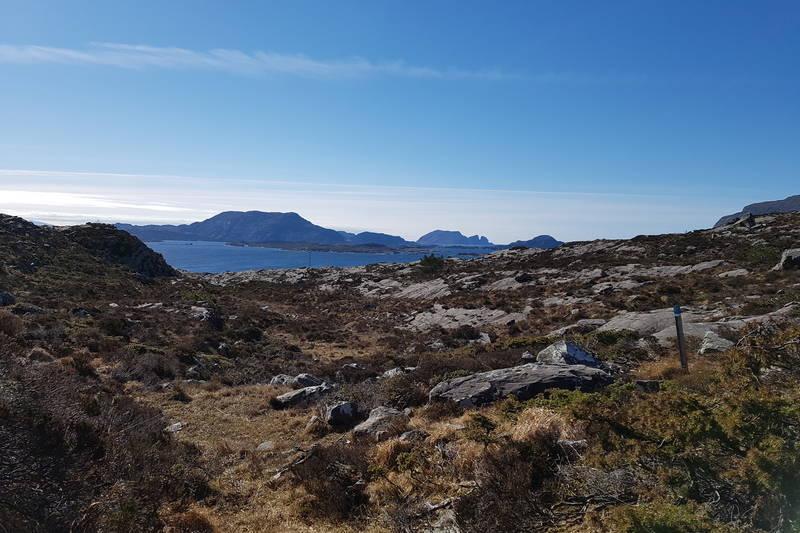 Her kjem du inn på Nordsjøløypa. Ta til venstre og følg denne til bilvegen i Halshamrevika.