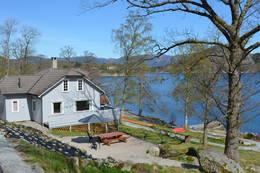 Terrassen på sørsiden av huset er stor og romslig med plass til bord og benker. - Foto: Njål Vadla