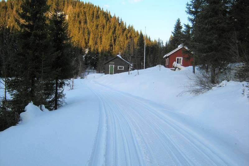 Vinter på Sommerseter. Foreningshytta til høyre, Stallen til venstre.