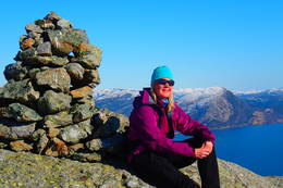 Godt meg en pause ved varden på Stigfjellet. -  Foto: Kart Fossøy