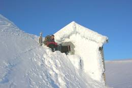 Om vinteren kan det være vanskelig å komme seg inn i hytta - Foto: Jon K. Nilsen