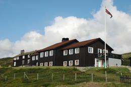 Grimsdalshytta har fått flere nye rom. Disse er i første etasje i det nye bygget (til høyre). Fra de nye rommene er det utsikt over dalen. I andre etasje er det spisesal, resepsjon og kjøkken. - Foto: Sverre A. Larssen
