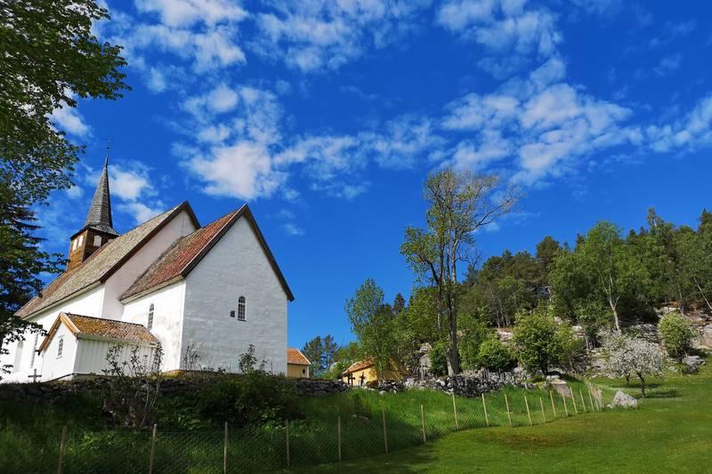 På Veøya liggeren middelalderkirke, kirkegard,prestegard med våningshus og treandre gjenstående bygninger. Hit er det kun ca. 20minutters gange fra Veøystua, eller man kan legge til med kajakk/båt rett ved.