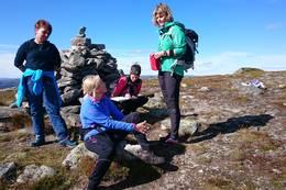 Damene har nådd toppen av Drotninggutunatten - Foto: Sisel Hellesøy