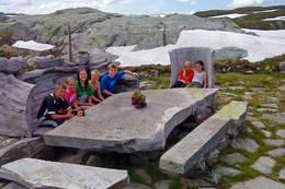 Stort steinbord utenfor hyttene! - Foto: Gustav Øen