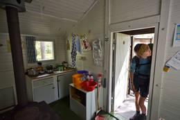 Kjøkkenkrok og Finnskogvandrer - Foto: Hallgrim Rogn