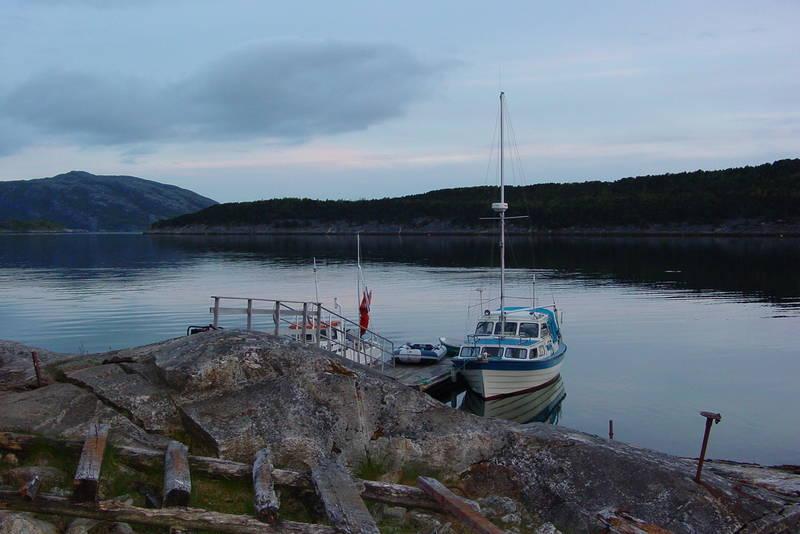 Gjælentunet inngår i Kystled Salten. Om sommeren legges det ut flytebrygge for sjøfarende.