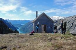 Tur fra Botnen i Fyksesund opp til turlagshytten Kiellandbu for overnatting. Fyksesund ligger i Kvam i Hardanger.  - Foto: Torill Refsdal Aaase