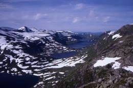 Området ved Longevasshytta er svært snørikt. Slik kan det sjå ut ved Olsok-tid. Kupevatnet, Vassvendevatnet, Inste og Ytste Longevatnet. Hytta ligg bortanfor Vassvendevatnet.  - Foto: Ukjent