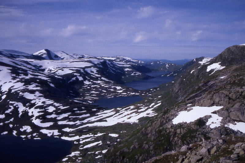 Området ved Longevasshytta er svært snørikt. Slik kan det sjå ut ved Olsok-tid. Kupevatnet, Vassvendevatnet, Inste og Ytste Longevatnet. Hytta ligg bortanfor Vassvendevatnet.
