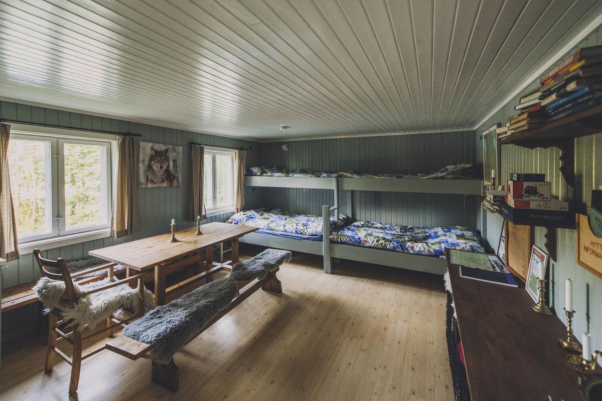 Hytta består av et rom med fire sengeplasser